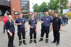Lisa (ganz Rechts) und Björn Kloster (links) begrüßen die Freunde aus Hessheim