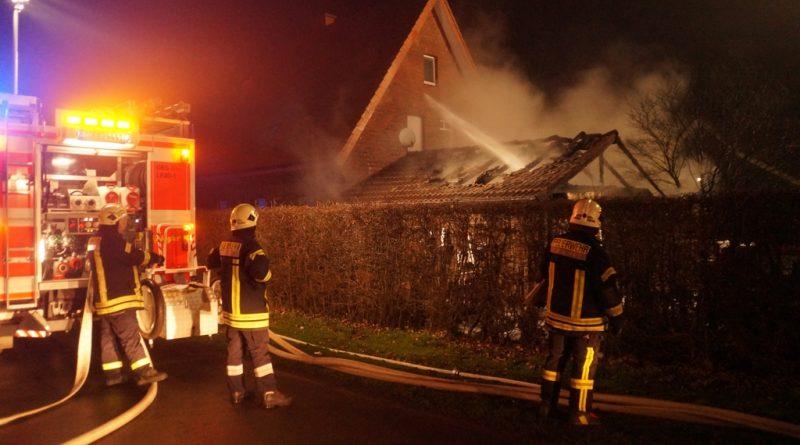 01.01.2017: Feuerwehr verhindert Brandausbreitung auf Wohnhaus
