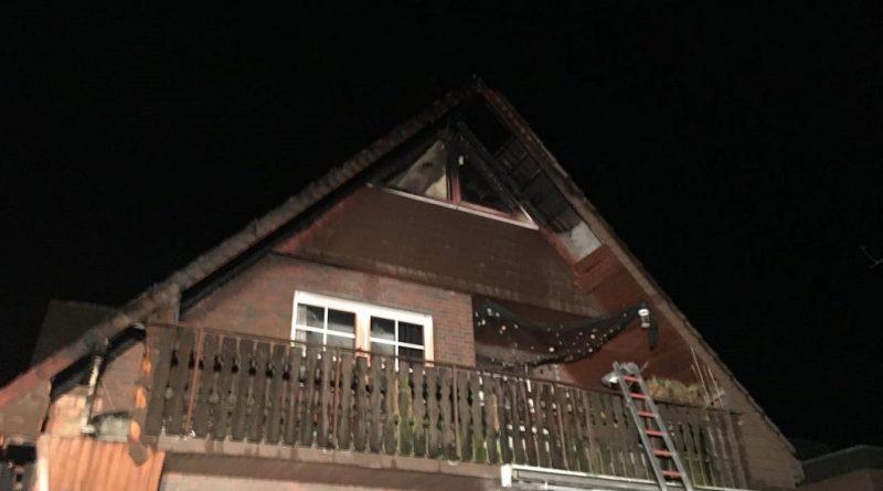 08.04.2018: Feuerwehr begrenzte Feuer auf Dachüberstand
