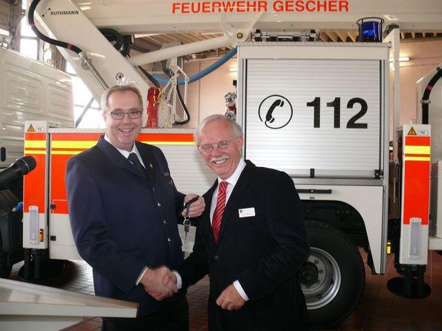 Schlüsselübergabe durch Bürgermeister Hubert Effkemann an SBI Christian Nolte